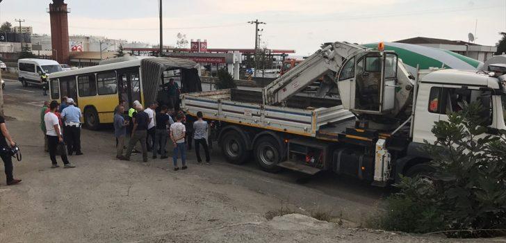 Trabzon'da belediye otobüsü refüje ve araçlara çarptı: 4 yaralı