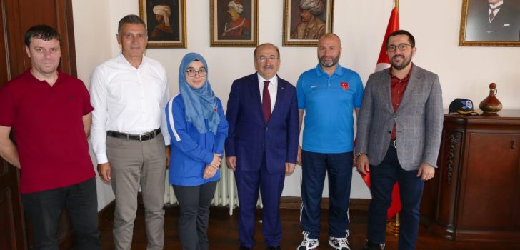 Başkan Gümrükçüoğlu şampiyon kareteciyi altınla ödüllendirdi