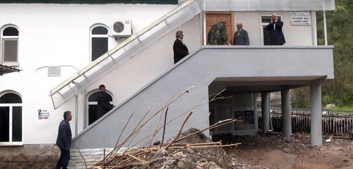 Selde zarar gören camide cuma namazı kıldılar