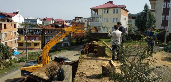 Okulun bahçe duvarı yıkım sırasında devrildi