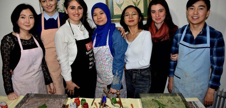 """Yabancı öğrenciler Trabzon'da """"ebru"""" öğreniyor"""