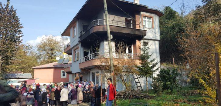 Trabzon'daki yangında dumandan etkilenen çocuk öldü
