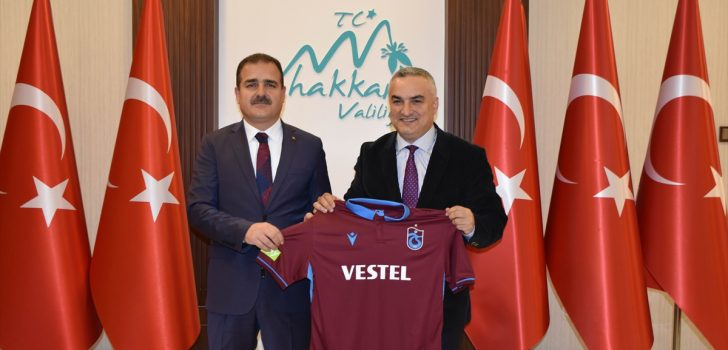 Trabzon'dan Hakkari'ye gidip önce horon oynadılar sonra halay çektiler