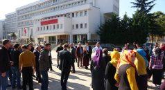"""Trabzon Valiliği önünde hareketli anlar! Vatandaş, """"Yıktırmayacağız""""; Vali """"Karar net, yıkacağız"""""""