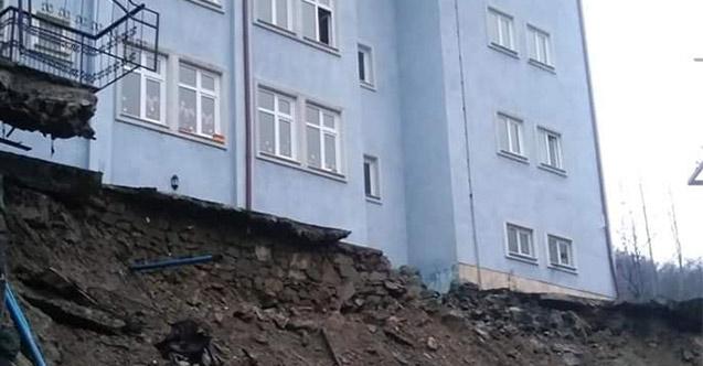 Trabzon'da boşaltılan okulun istinat duvarı çöktü