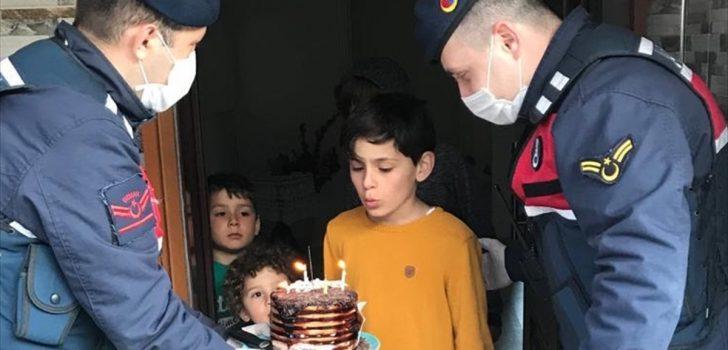 Trabzon'da Yağız Efe'nin doğum günü pastasını jandarma ekipleri getirdi