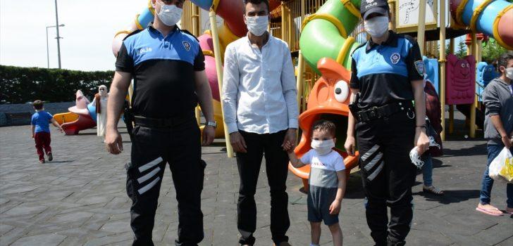 Trabzon'da polis ekipleri, çocukları hem uyardı hem eğlenceli vakit geçirdi