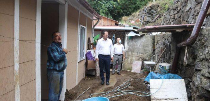 Akçaabat ilçesinde şiddetli yağışın ardından hasar gören mahallelerde çalışmalar sürüyor