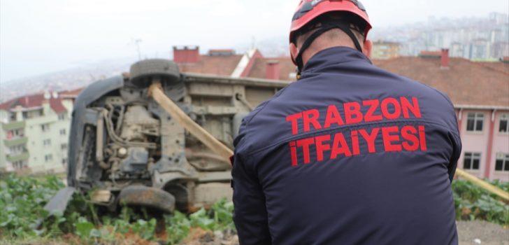 Trabzon'da freni boşalan kepçenin çarptığı ticari araç okul bahçesine düşmekten son anda kurtuldu