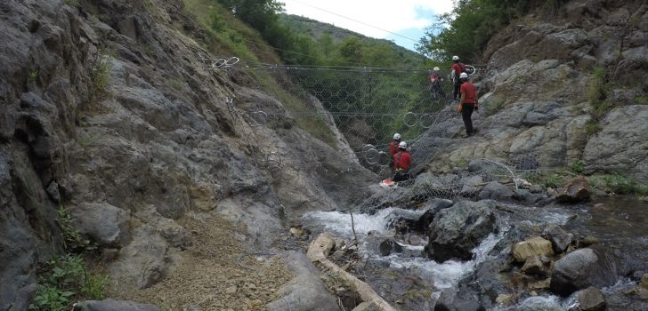 Trabzon'da taşkın afetinin yaşandığı havzadan geçen derenin yan kolları üzerinde 14 moloz bariyeri yapılıyor