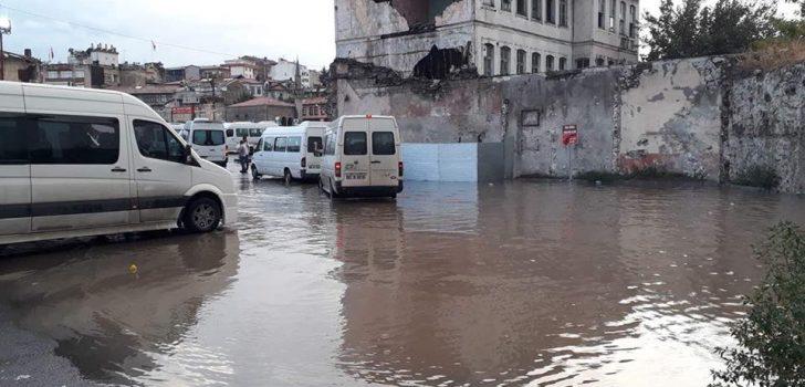"""Trabzon'daki yağışın ardından bilindik görüntü! """"Dolmuşa yüzerek ulaştılar!"""""""