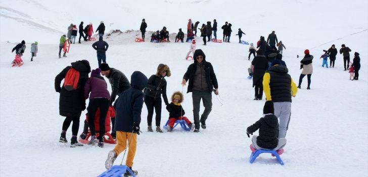 Trabzon ve Gümüşhane'de karı gören Zigana'ya akın etti