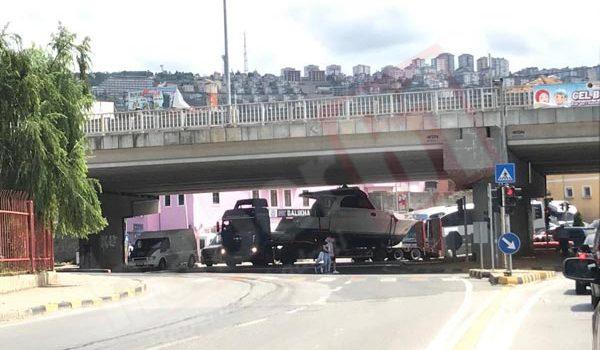 Trabzon'da tekne köprüye sıkıştı