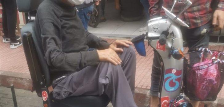 Trabzon'da engelli aracının lastiği patlayan kişiye jandarma yardım etti