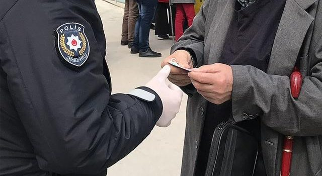 Trabzon'da hırsızlık iddiasıyla tutuklanan 4 kişiye, sokağa çıkma kısıtlamasını ihlalden para cezası da uygulandı