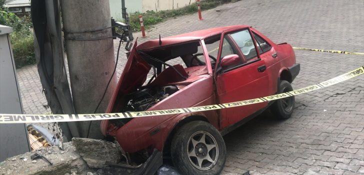 Trabzon'da elektrik direğine çarpan otomobilin sürücüsü hayatını kaybetti