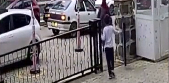 Trabzon'da otomobilin 7 yaşındaki çocuğa çarpma anı güvenlik kamerasına yansıdı