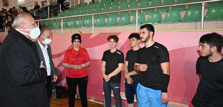Başkan Çebi Gençlerle Araklı Kapalı Spor Salonunda Bir Araya Geldi